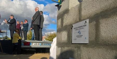 La pose de la première pierre du nouveau cinéma La Dolce Vita par Jean-Yves Rosazza, maire d'Andernos-les-Bains, Jean-Pierre Villa, président de Veo-Cinémas (deuxième à partir de la gauche). Photo Les Toiles du Bassin