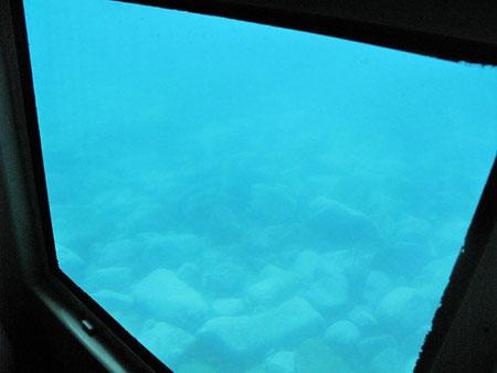 14:43 この船には船底に海底を見る為の展望室が付いている。