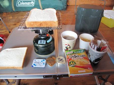 6:00 朝食。毎回食パンだが、これが簡単でいい。卵を買い忘れ、目玉焼きが食べられなかった