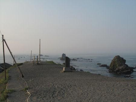 5:05 岬の先端に向かって歩く。早朝の為 観光客は居ない