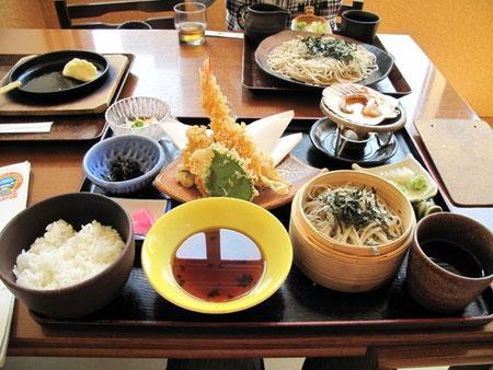 こんな食事。牡蠣やカニの天婦羅が美味だった。子供はざるそばと豆腐餃子・・