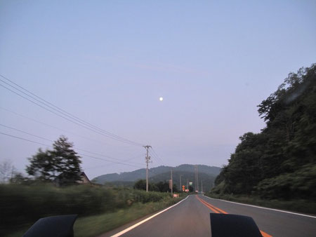 4:25 真正面の空に月が光る