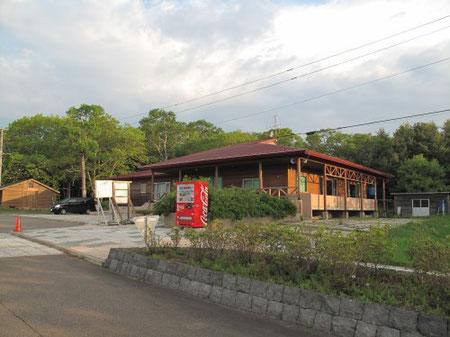 尾岱沼キャンプ場の管理棟。ビールやお菓子も買えますし、シャワーも完備