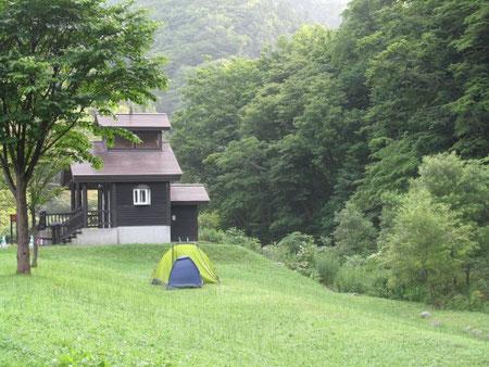 18:00 今日の宿泊地、せたな大成野営場。トイレ(綺麗な水洗)の傍にテント2棟を設営した。