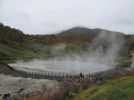 隣にある大湯沼。凄い迫力  2010.10