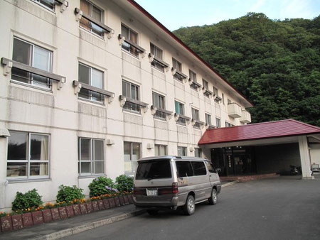 すぐ横には宿泊施設(食事のみも可能)あわび山荘があります