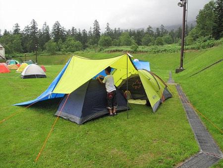 17:47 息子に単独テントを与えたので大喜び。風雨よけにサイドにブルーシートを合体させた。