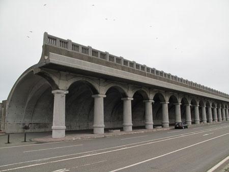 5月24日5:17  稚内港北防波堤ドーム。 凄い防波堤だ