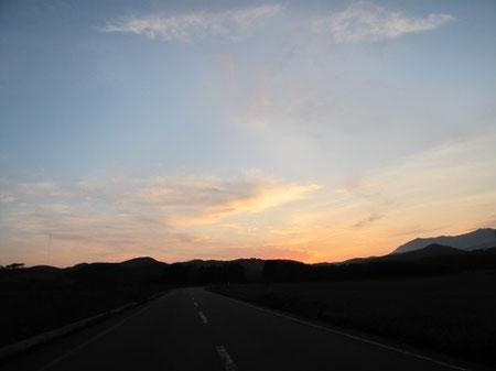 18:53 誰もいない道路、綺麗な夕焼け、一人で感動しながら走ってます