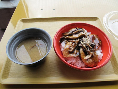 きのこ豚丼500円+きのこ汁100円 安くて美味しい。