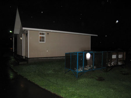 3:58 トイレ外観 ヒトダマに見えるのは雨。