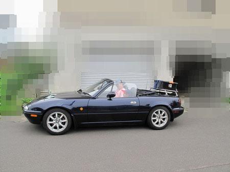 14:08 出発 妻に撮影してもらう。洗車もしてピカピカだがすぐに雨に降られる