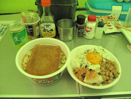 8:16 朝食。目玉焼きとインスタントうどんでカンタンに。納豆も(笑)