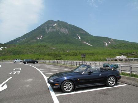 12:25 知床峠から羅臼岳を望む。 美しい。