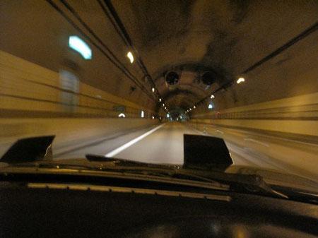 0:09 北大雪トンネル トンネルの中はロードノイズや排気音が反射してオープンを実感する