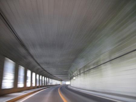 18:24 黄金道路。海岸際でトンネルや覆道が多く、とても楽しい道路。
