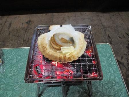 ■ホタテにバターと醤油を少々。これを炭火で、、