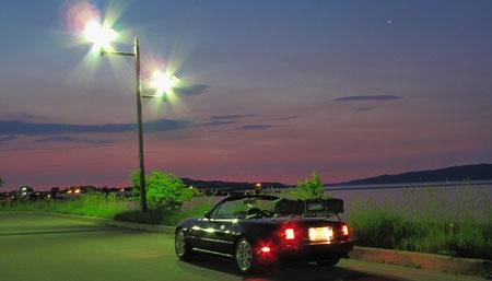 2:52 サロマ湖脇の駐車場にて。 進行方向とは逆に停車しています。空に光る星一つ