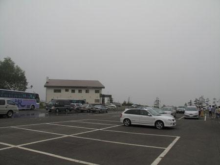 向こうに見える十勝岳凌雲閣の温泉に入る 16:02