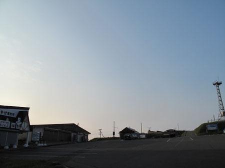 5:13 本当の駐車場です。お店もあります。ただまだ開店前ですが・・