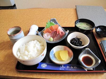 12:47 刺身定食(¥1,300)を頼んでみた。好きなマグロがない!
