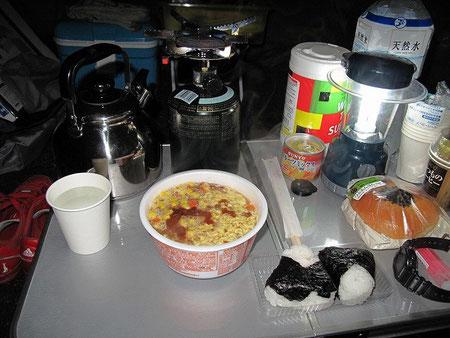 19:31 今日の晩御飯。まるちゃん味噌ラーメンとおにぎり(鮭・シーチキン)