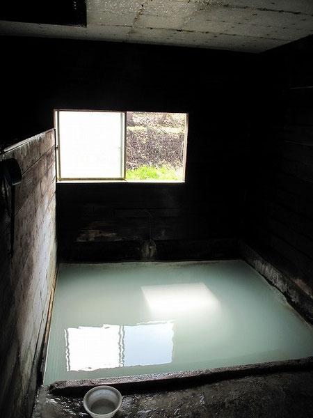 お湯は青っぽい乳白色。