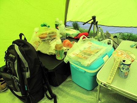 13:42 テントに帰還。好きな冷やし甘酒を買ってきた。テント内の気温25℃。