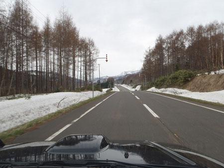 道道94号線を走る。まだ残雪が結構ある。
