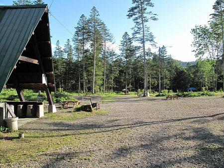 キャンプサイトは広々しており、各サイトに立派な木製テーブルが付属