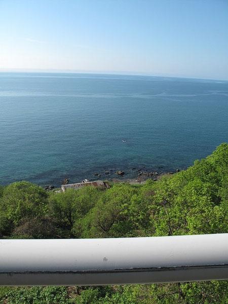 岬映橋(こうえいばし)の遥か下方に歩古丹小学校が見える。