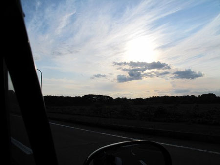 6月27日17:35 ナウマン国道。クルマは殆ど走らないのどかな道