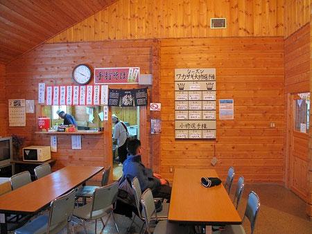 管理棟。蕎麦屋さんがあって、釣果大物小物ランキングが貼られている