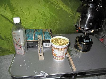 結局カップ麺のみ。。温度計はテント内でマイナス7℃を指している。