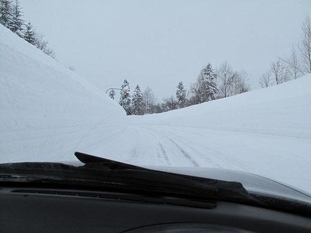 R729 雪壁 朱鞠内近辺は日本有数の豪雪地帯。積雪も3m近くあるのではないかな?
