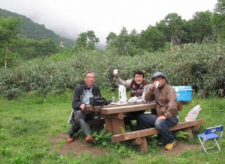 18:45 しかし、宴会は滞りなく開催された。テーブルの上に鎮座するのは かぶじろうさん持参の2リットルの日本酒。その他ビールなどを飲みまくった。似たような趣味を持つ人間が集まると実に楽しいものです。