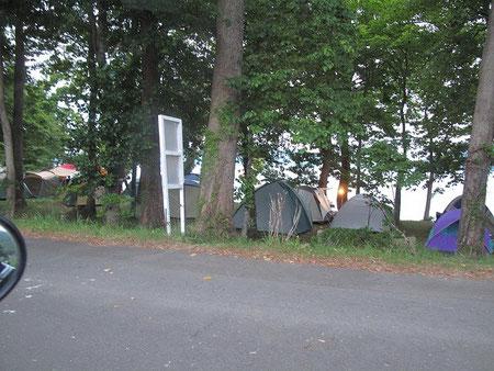 湖畔は既に隙間も無いほどテントが一杯