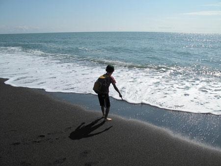 14:46 誰もいなくていい感じの砂浜です