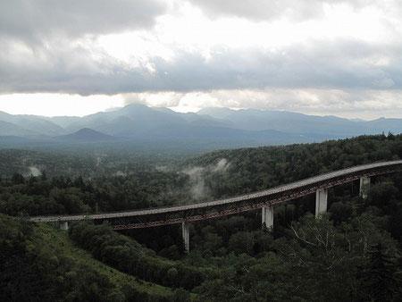 7:07 三国峠からの景色も素晴らしい。正に大自然。前の高架橋はこれから降りていく道