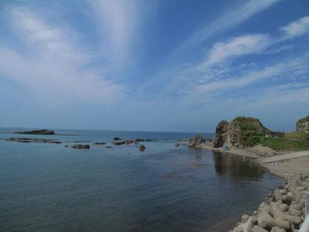 11:06 岩内あたりの海岸。この辺から積丹にかけての海岸は、綺麗で魅力的な所が多い。