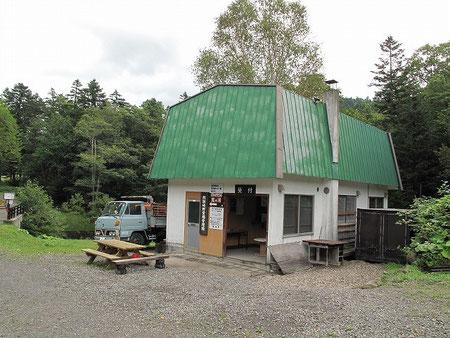 キャンプ場管理棟 建物といいトラックといい、いい意味でノスタルジー