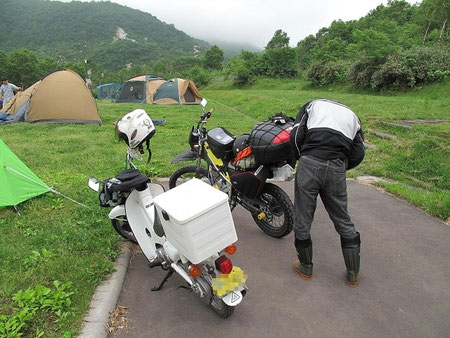 バイクに積んでいるBOXの鍵を家に忘れてきてしまったとの事。中にはテントを始めとしたキャンプセットが入っている。