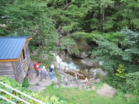 8月8日16:37  平田内熊の湯。凄い所に温泉(野湯)が!