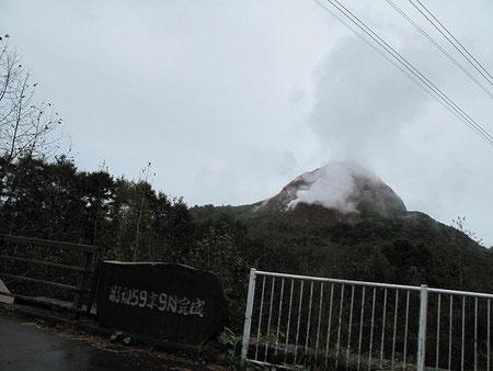 今も噴煙上げる昭和新山を横目に見て