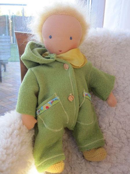 Für die jetzige kalte Jahreszeit kommt Linus im warmen pistaziengrünen Wollwalkanzug angereist