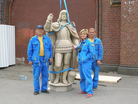 Подготовка к установке скульптуры великого комтура Фридриха графа фон Цоллерн на Фридландских воротах Кёнигсберга  с городской стороны. Скульптура была  утерянна после 1945 г.