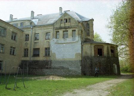 Вид со стороны сада 2001 г. слева новая пристройка.