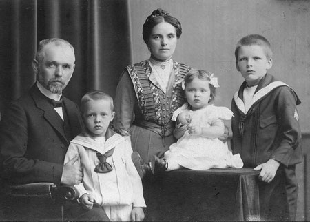 Meine Großeltern Siebert um 1910 in Frankfurt mit ihren Kindern Heinz Martin, Elfriede und Hans Theodor. Die älteste Tochter Margarethe (Gretchen) war 1907 neunjährig nach schwerer Krankheit gestorben.