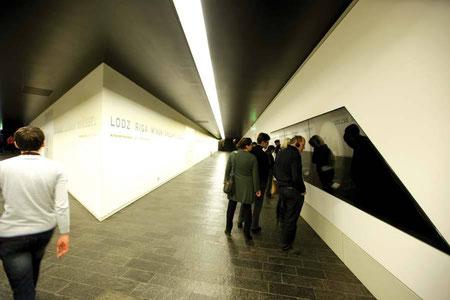 JM Berlin: In Nischen ausgestellt sind Erinnerungsstücke von Holocaustopfern.