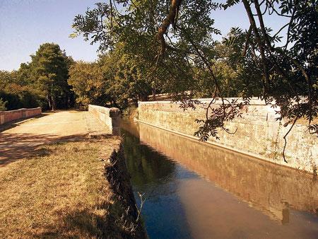 Vue d'amont de l'aqueduc ferroviaire au lieu dit Besombes. Il fait passer la rigole de la Plaine et deux chemins sur la ligne de chemin de fer reliant Castelnaudary à Castres - crédit photo : Gérard Crevon